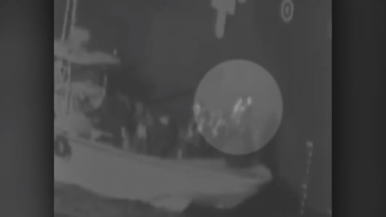 """أمريكا تنشر فيديو """"نزع"""" زورق إيراني للغم على سفينة بخليج عُمان"""