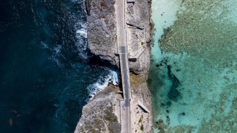 جسر زجاجي يفصل بين محيط وخليج ..هل هو أضيق جسر في العالم؟