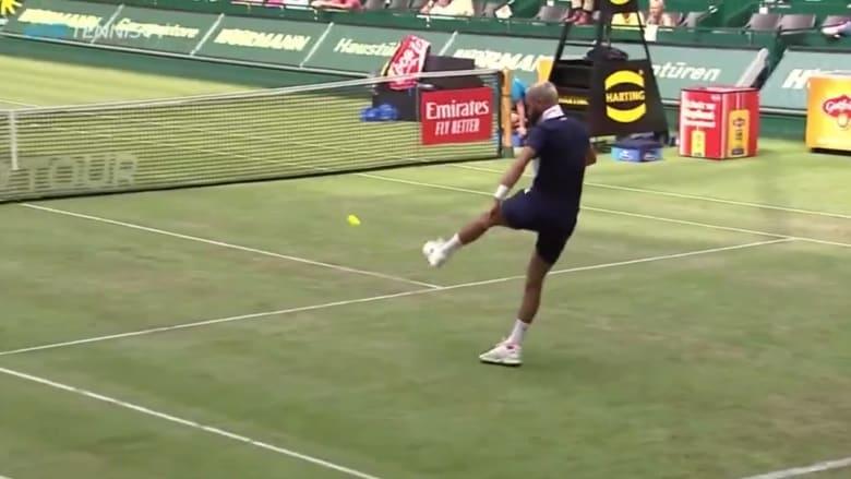 لاعبا تنس يتبادلان الكرة بأقدامهما بدلاً من المضارب