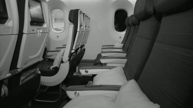 امرأة تستيقظ وحدها على متن طائرة في سواد حالك
