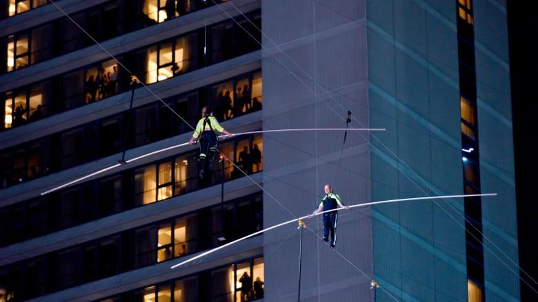 "على حبل فقط.. مخاطران يعبران ""تايمز سكوير"" بارتفاع 25 طابقا"