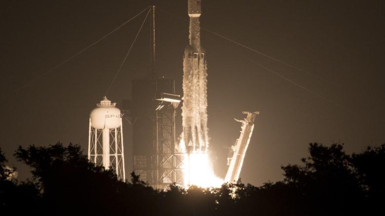 """سبيس إكس تطلق صاروخ """"فالكون الثقيل"""".. وسقوط جزء منه بالمحيط"""