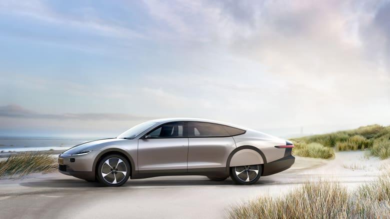 هذه السيارة تعمل بالطاقة الشمسية.. هل هي الأولى من نوعها؟
