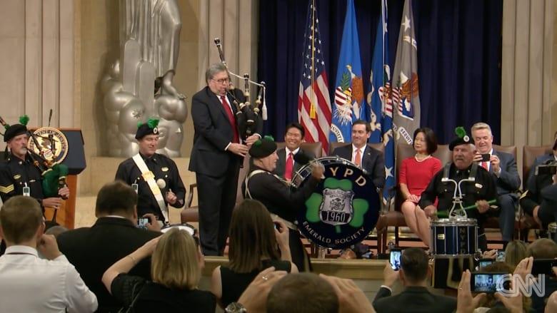 """وزير العدل الأمريكي يظهر موهبته في العزف على """"القربة"""""""