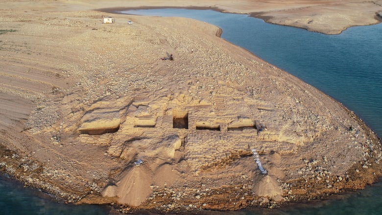 """انحسار مياه سد الموصل يكشف عن """"القصر الغابر"""" بإقليم كردستان"""