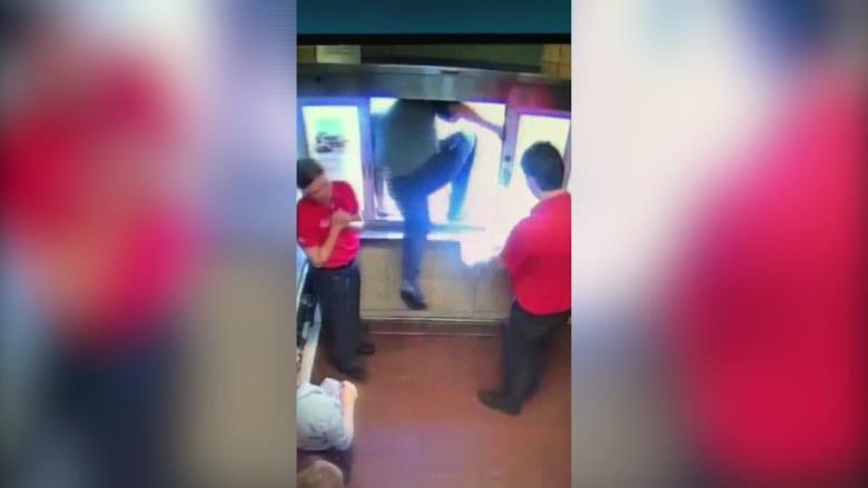 مدير مطعم يقفز من نافذة لينقذ بسكين حياة طفل يختنق