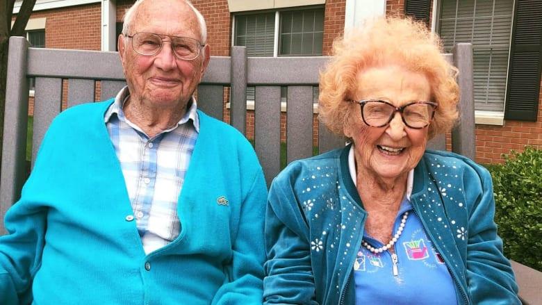 هو بعمر الـ100 وهي في الـ102.. ويتزوجان بعد قصة حب