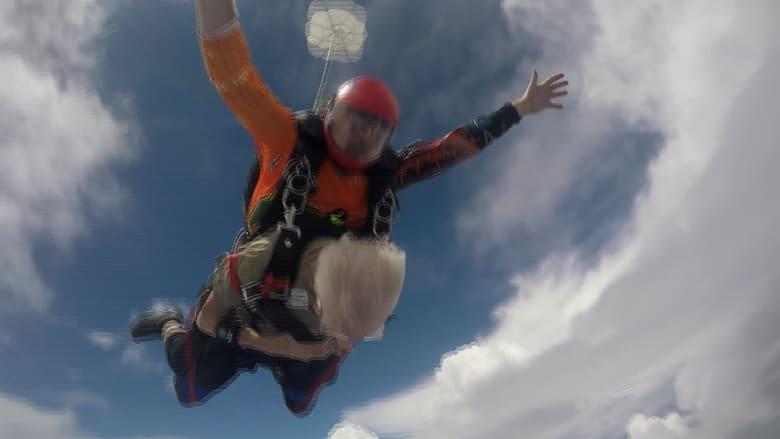 أمنية تتحقق ..رجل يبلغ من العمر 88 عاماً يقفز من طائرة