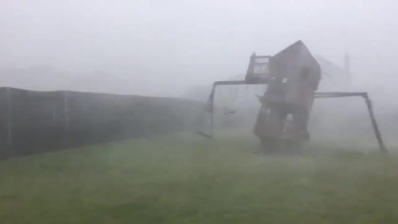شاهد.. عاصفة قوية تقتلع ملعب أطفال في تكساس