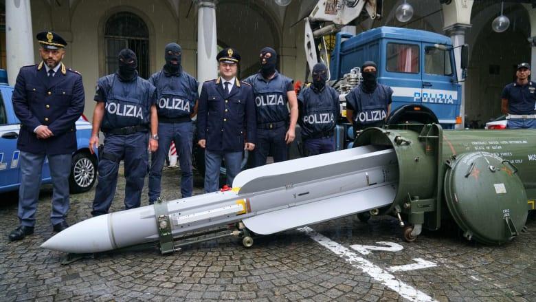 الشرطة تضبط ترسانة أسلحة من سياسي إيطالي سابق لحزب يميني
