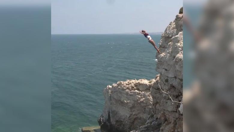 مساقبة قفز مثيرة عن صخرة الروشة في بيروت
