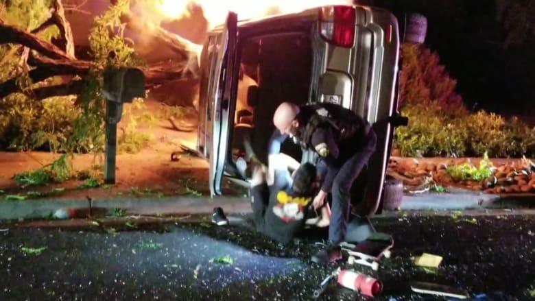 شرطي يسحب سائقا من داخل سيارته المشتعلة بآخر لحظة