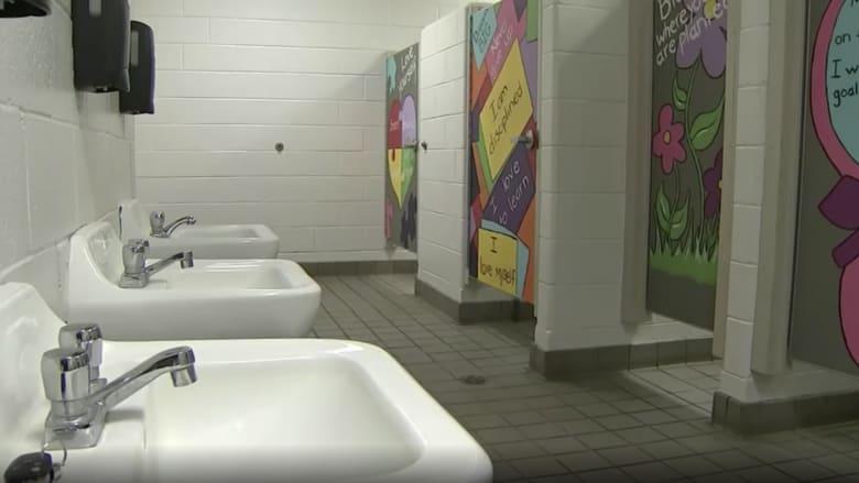 لوحات جدارية تزين أبواب الحمامات بهذه المدرسة.. ما هدفها؟