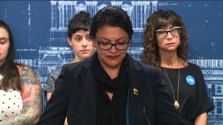 رشيدة طليب تبكي في مؤتمر خلال حديثها عن معاناة الفلسطينيين