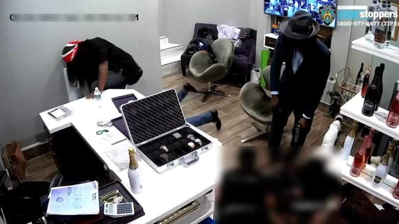 كاميرا توثق عملية سطو مسلح لمتجر مجوهرات في مدينة نيويورك