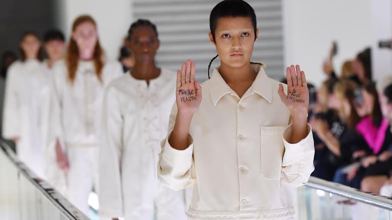 """احتجاج لعارضة أزياء """"غوتشي"""" في أسبوع الموضة بميلانو"""