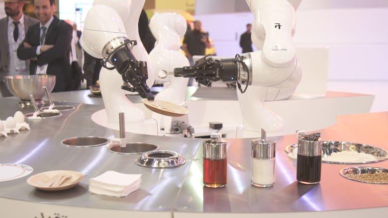 """روبوت يلعب الريشة وآخر يحضر فطائر.. """"هيئة الاتصالات"""" تستعرض المستقبل"""