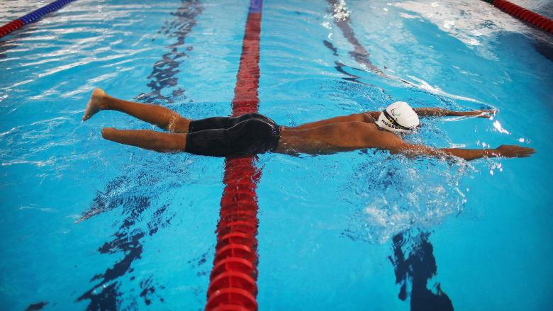 كيف تساعدك السباحة في حل مشكلة التهاب مفصل الركبة؟