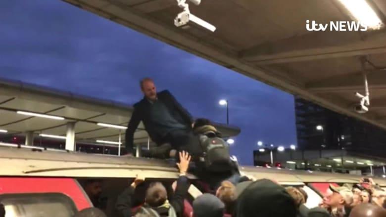 ركاب يسحبون متظاهرين من أقدامهم من فوق مترو لندن