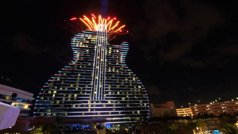 افتتاح أول فندق على شكل آلة غيتار في العالم
