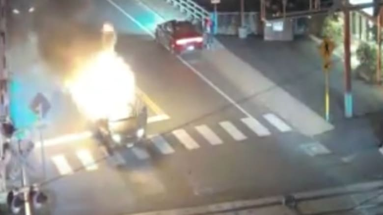 رجل ينقذ سائق سيارة انفجرت بالقرب من السكك الحديدية