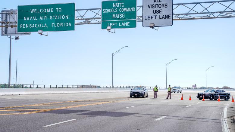 عناصر بالشرطة الأمريكية يغلقون الطريق المؤدي لقاعدة بنساكولا بعد إطلاق النار
