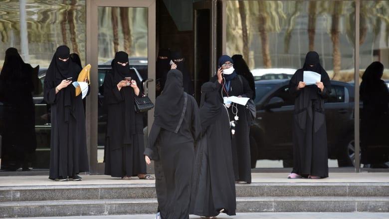 صورة أرشيفية لسعوديات أمام إدارة المرور في الرياض