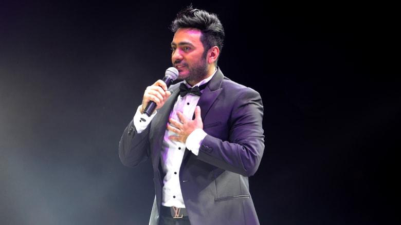 تامر حسني يغني على خشبة المسرح في مدينة جدة بغرب السعودية