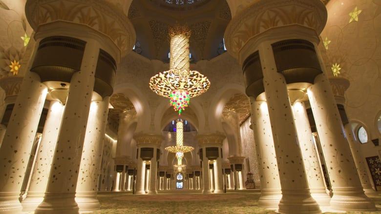 من الأيدي الخفية التي تعمل على ترميم أكبر سجادة في العالم بجامع الشيخ زايد في أبوظبي؟