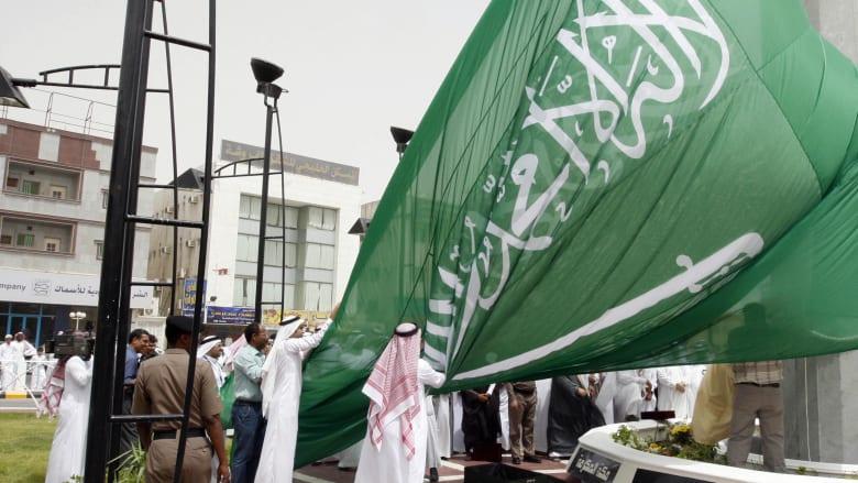 صورة ارشيفية لسعوديين يرفعون علما المملكة العام 2008