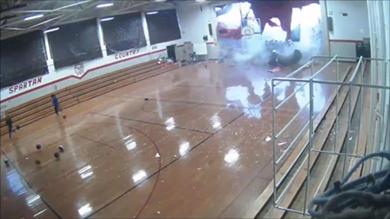 لحظة سقوط جدار في صالة رياضية بسبب عاصفة
