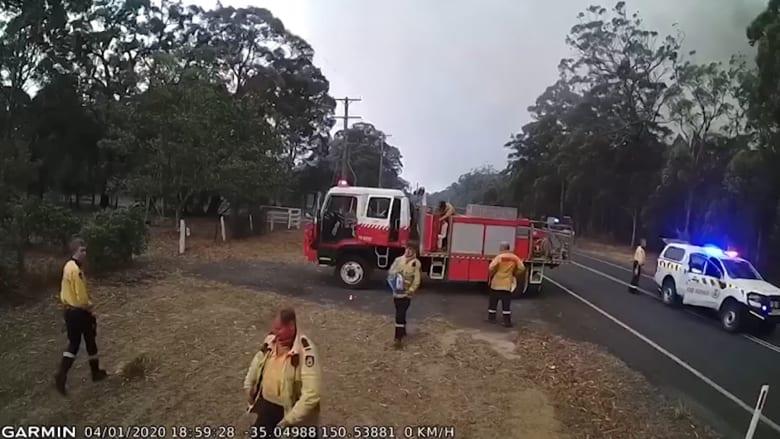 في 4 دقائق فقط.. مشهد درامي لتغلب حرائق الغابات على رجال الإطفاء