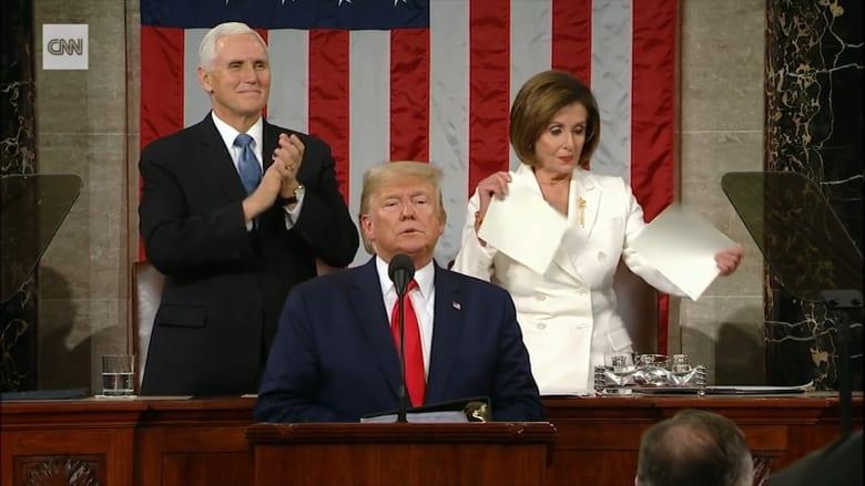 """شاهد.. ترامب لم يصافح بيلوسي والأخيرة تمزق """"خطابه"""""""