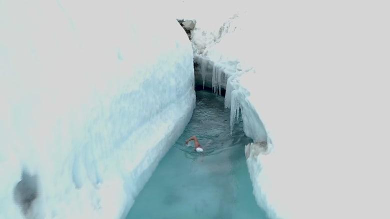 شاهد..أول رجل يسبح في بحيرة جليدة في أنتاركتيكا