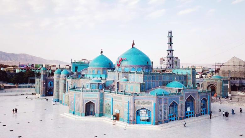 مسجد أفغانستان الرائع المعروف بالبلاط الأزرق والحمام الأبيض