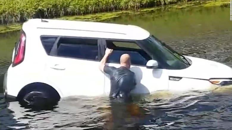 بعد حادث خطير.. مارة ينقذون امرأة من سيارتها الغارقة