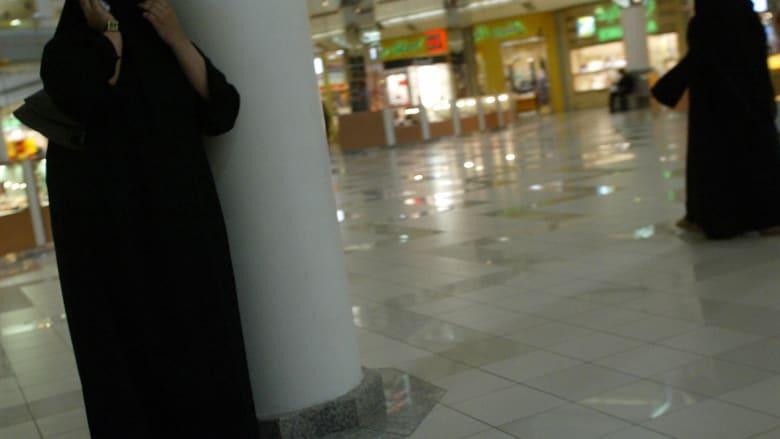 صورة ارشيفية لفتاتين في أحد المجمعات التجارية في السعودية