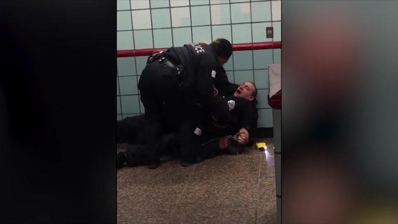 لحظة إطلاق شرطي النار على رجل في محطة قطار بشيكاغو