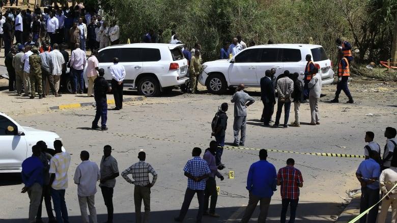 اللحظات الأولى لوصول رئيس وزراء السودان عبدالله حمدوك إلى مكتبه بعد محاولة اغتياله