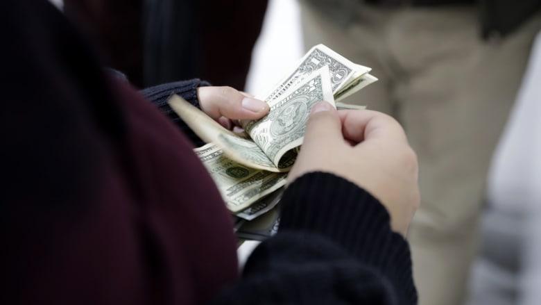 أمريكا: مقترح بصرف شيك قيمته 1000 دولار لكل أمريكي شهريًا لمنع انتشار فيروس كورونا