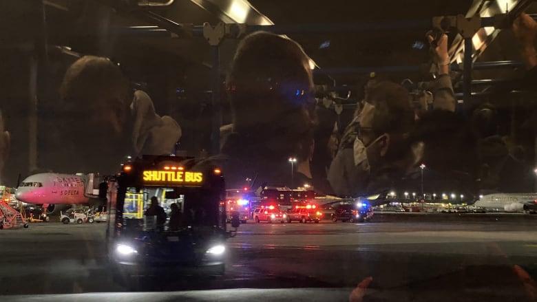 مسافر يدعي التعرض لفيروس كورونا في طائرة قبل إقلاعها بنيويورك