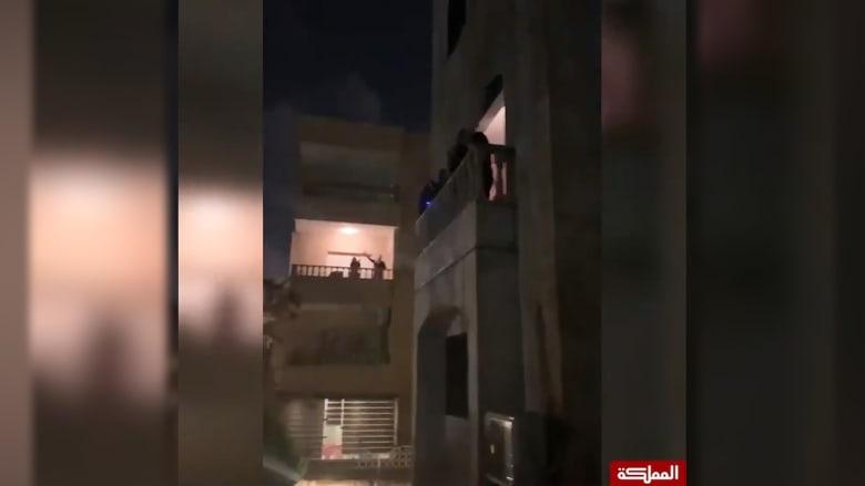 مواطنون أردنيون في الحجر الصحي.. يحييون الكوادر الطبية والجيش من شرفات منازلهم