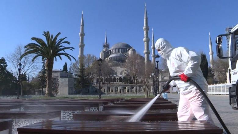 فيروس كورونا.. شاهد تعقيم منطقة السلطان أحمد التاريخية في اسطنبول