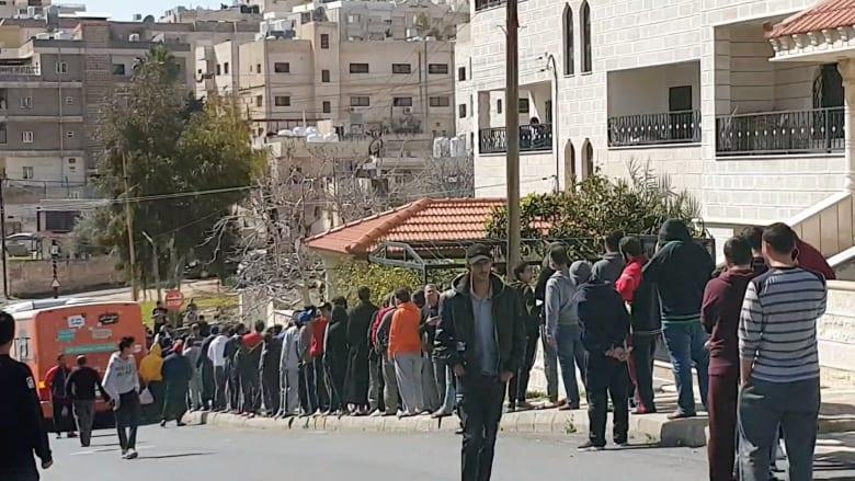 الأردن.. تهافت كبير على توزيع الخبز في رابع أيام حظر التجول