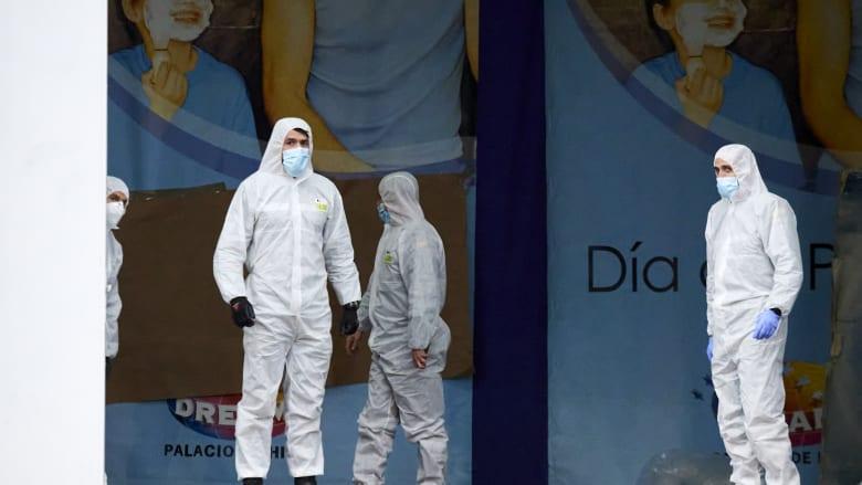 عدد من عناصر الوحدات الطبية الخاصة في الجيش الإسباني يستعدون لاستقبال عدد من مصابي فيروس كورونا