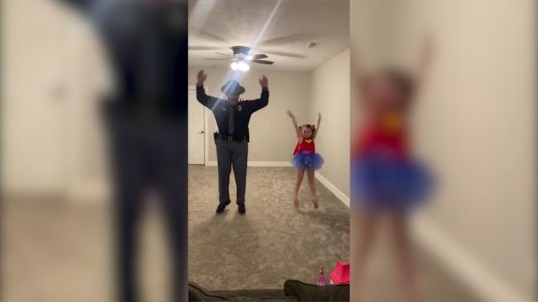 شرطي يرقص مع ابنته بفيديو طريف بعد إلغاء حفلة بسبب فيروس كورونا