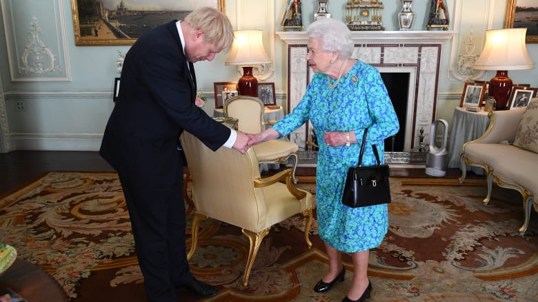بعد إصابة بوريس جونسون بفيروس كورونا.. قلق حول إصابة الملكة بعد لقاء بينهما