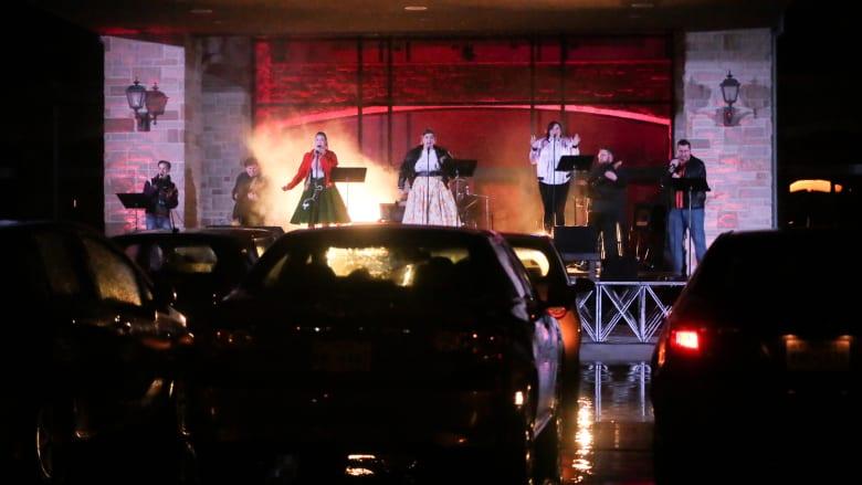فرقة مسرحية تحول ساحة سيارات إلى مسرح وتقدم عروضاً مجانية للناس