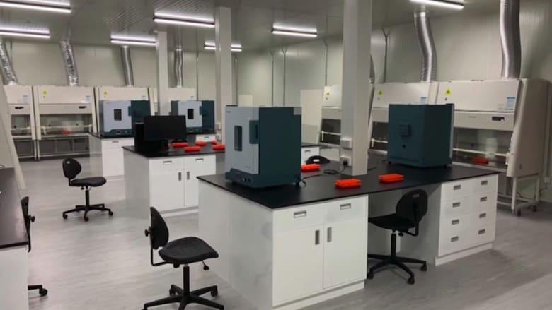 شاهد.. بناء مختبر لإجراء فحوصات فيروس كورونا في الإمارات في 14 يوم