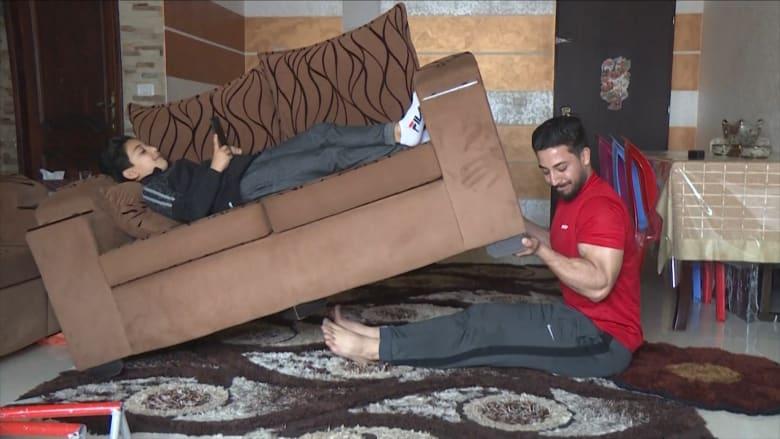 فلسطيني يستخدم الأثاث لتشجيع الناس على ممارسة الرياضة بالمنزل